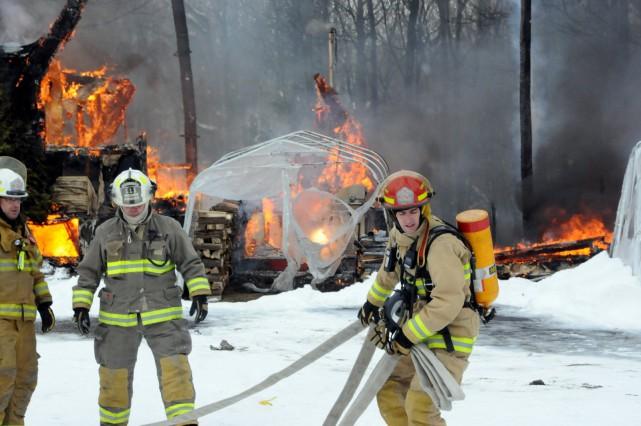 Un violent incendie a complètement ravagé une résidence du rang de L'Église à... (Photo collaboration spéciale, Éric Beaupré)
