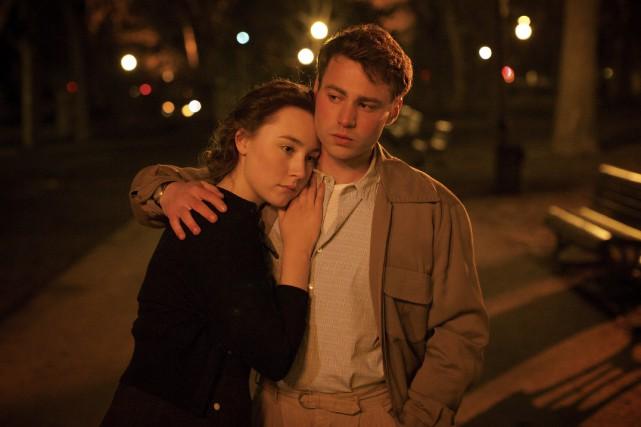 Saoirse Ronan dans le rôle d'Eilis Lacey et... (Fox Searchlight, Kerry Brown)