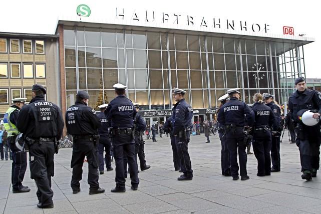 Des policiers patrouillaient à Cologne, mercredi.... (Associated Press)