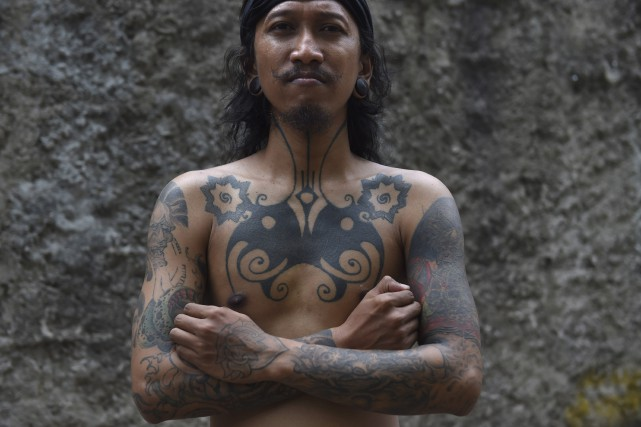 Le tatoueur Ranu Khodir, de Jakarta, utilise les... (AFP, Romeo Gacad)