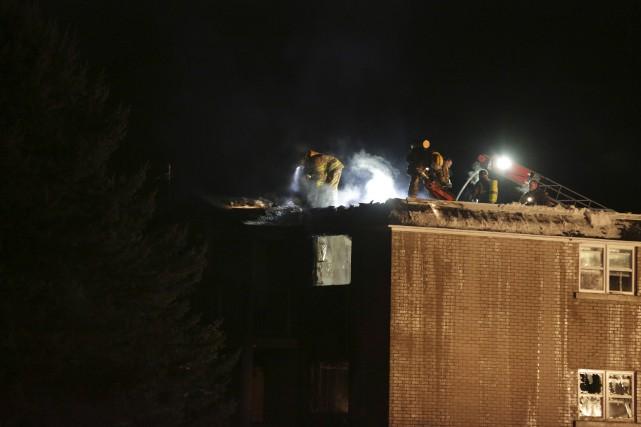 Les pompiers combattaient toujours les flammes dans un... (photo Catherine Trudeau)