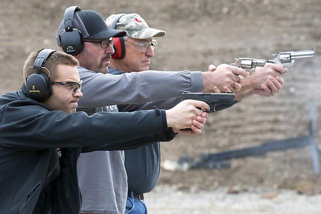 ÉDITORIAL / Les Américains tiennent à leurs armes à feu avec une ferveur qui... (Associated Press)