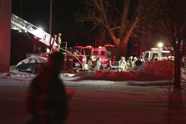 Une quarantaine de pompiers ont combattu l'incendie qui... (photo Catherine Trudeau)