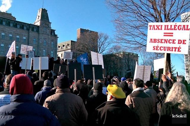 Depuis plusieurs semaines, les chauffeurs de taxi manifestent... (Le Soleil, Frédéric Matte)