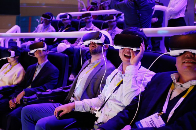 La réalité virtuelle a fait tourner bien des... (PHOTO JOHN LOCHER, ASSOCIATED PRESS)