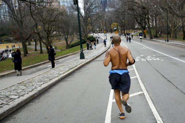 Un joggeur court torse nu dans Central Park,... (PHOTO Eduardo Munoz, ARCHIVES REUTERS)