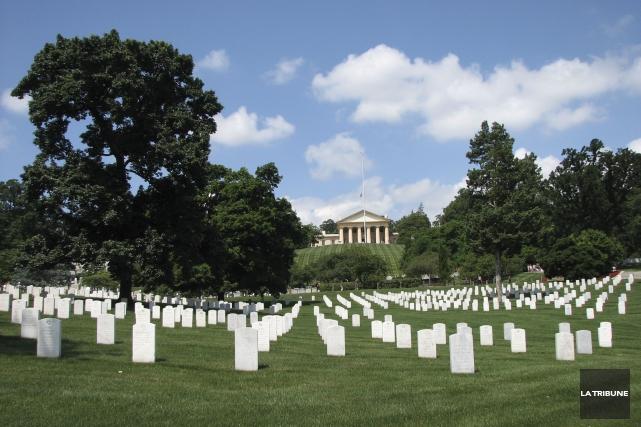 Arlington est un cimetière militaire très vaste où... (La Tribune, Jonathan Custeau)