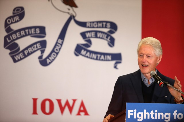L'ancien président Bill Clinton (photo: jeudi, dans l'Iowa),... (Photo Andrew Harnik, AP)