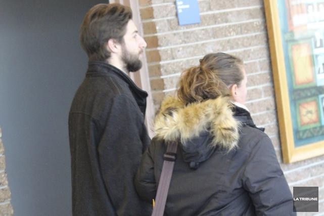 Mathieu Dumont entre au tribunal pour recevoir sa... (La Tribune, René-Charles Quirion)