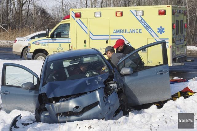 Un accident impliquant deux véhicules a fait une... (Alain Dion, La Voix de l'Est)