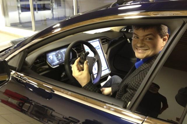 Sylvain Juteau à bord de sa Tesla actuelle.... (Courtoisie)