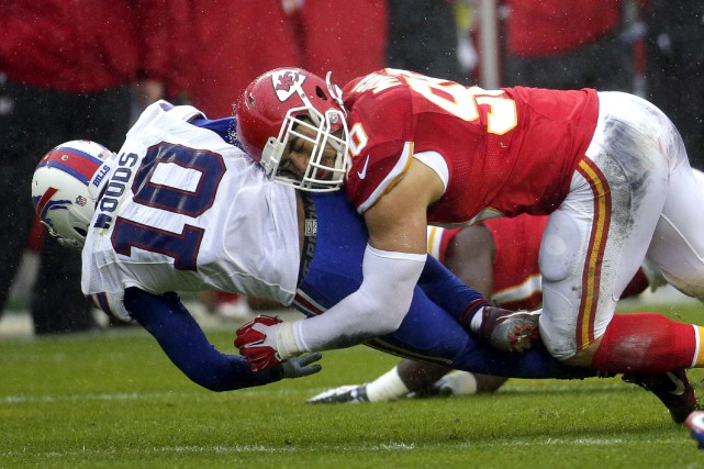 Justin Houston, que l'on voit frapper le receveur... (Archives AP, Charlie Riedel)