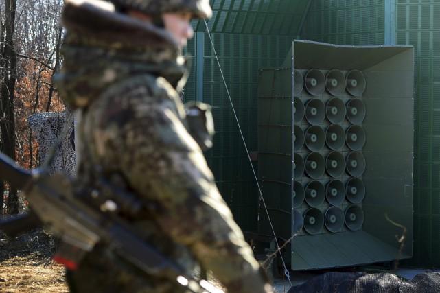 Un soldat sud-coréen se tient près des haut-parleurs... (Photo Lim Tae-hoon/Newsis via AP)