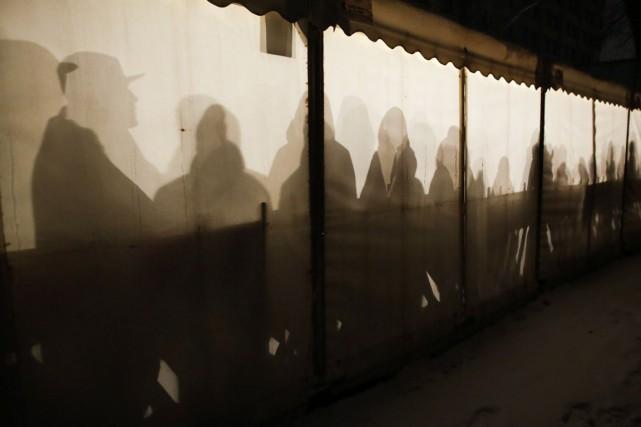 Des migrants attendent à l'intérieur d'une tente prévue... (PHOTO MARKUS SCHREIBER, AP)
