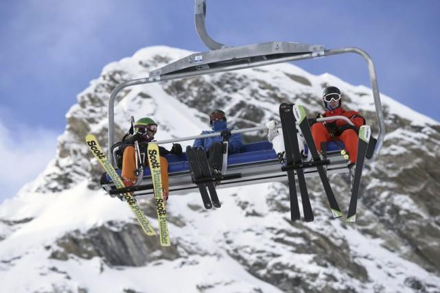 Des skieurs s'apprêtent à affronter les pistes duVal... (PHOTO PHILIPPE DESMAZES, AFP)