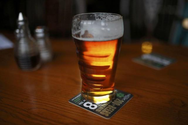 La consommation d'alcool au Royaume-Uni est plus élevée... (PHOTO PHIL NOBLE, REUTERS)
