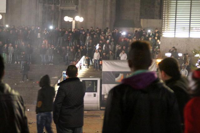 Plusieurs personnes sont rassemblées devant la gare Centrale... (PHOTO MARKUS BOEHM, ARCHIVES DPA/AP)