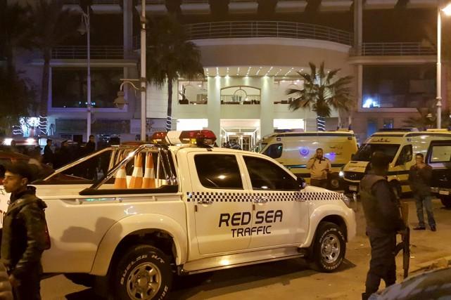 Policiers et agents de sécurité interviennent devant l'hôtel... (Photo Reuters)