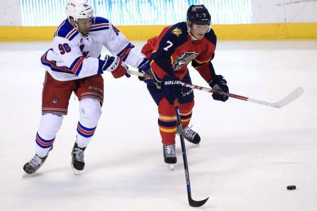 Emerson Etem et Dmitry Kulikov... (Photo Robert Mayer, USA TODAY Sports)