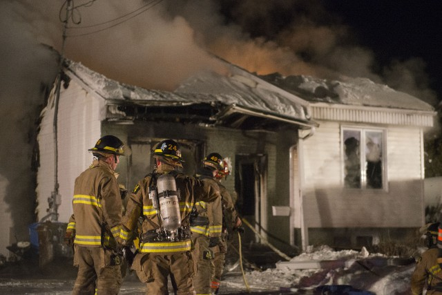 Une vingtaine de pompiers ont travaillé à combattre... (Spectre Média, Julien Chamberland)