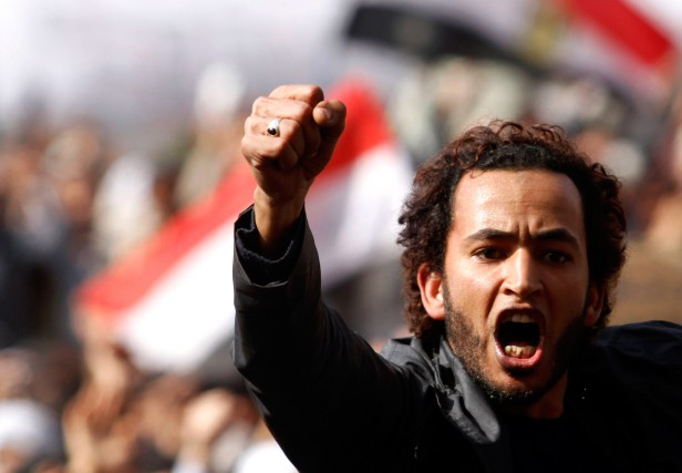 Un militant anti-Moubarak sur la place Tahrir, en... (PHOTO MOHAMED ABD EL-GHANY, ARCHIVES REUTERS)