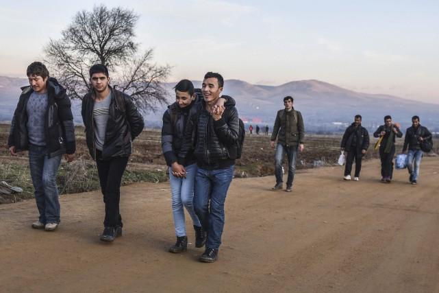 Des migrants syriens qui ont franchi vendredi la... (AFP, Armend Nimani)