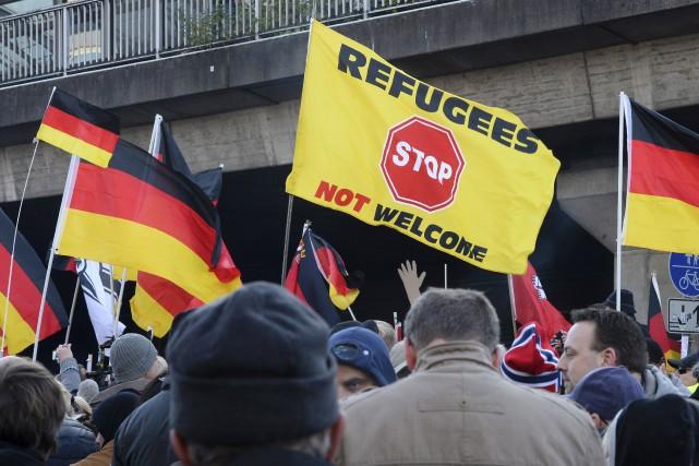 Selon les policiers, quelques 1700 manifestants d'extrême droite... (AFP, Roberto Pfeil)
