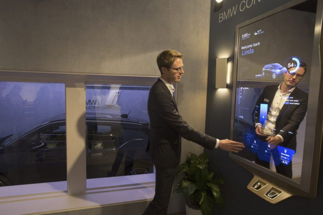 Démonstration du fonctionnement d'un rétroviseur connecté de BMW,... (Photo DAVID MCNEW, AFP)