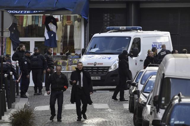 Des policiers surveillent la rue de La Goutte... (Agence France-Presse)