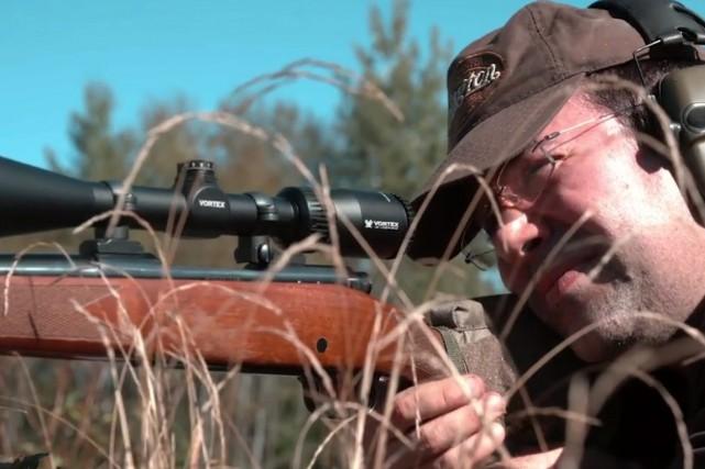 Le cinéaste de Chicoutimi Nicolas Lévesque reprend contact avec les armes à feu... (Photo courtoisie)