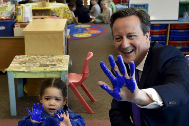 Le premier ministre David Cameron en visite dans une... (PHOTO TOBY MELVILLE, ARCHIVES REUTERS)
