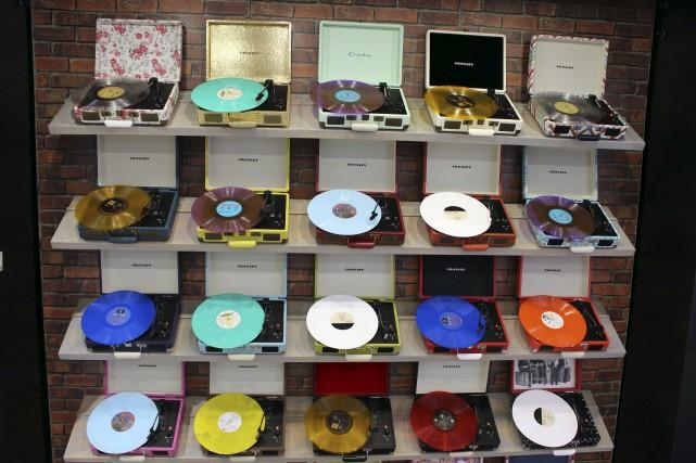 Sous leur lookvintage, les nouveaux modèles de tourne-disques... (AFP, Glenn Chapman)