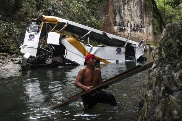 L'autocar a dévié d'un pont pour plonger dans... (AP, Felix Marquez)