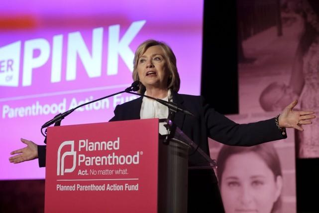 Hillary Clinton lors d'un événement au cours duquel... (Associated Press, Steven Senne)