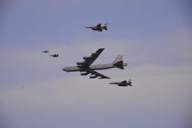 Des avions militaires américains ont volé au-dessus de... (Agence France-Presse)
