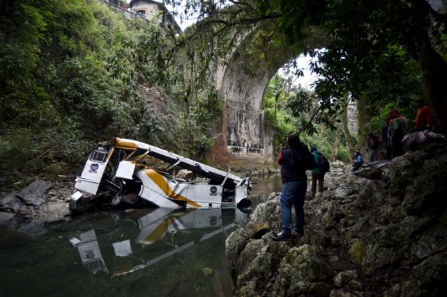 Vingt personnes sont mortes à l'est du Mexique, dimanche, lorsqu'un autocar a... (PHOTO REUTERS)