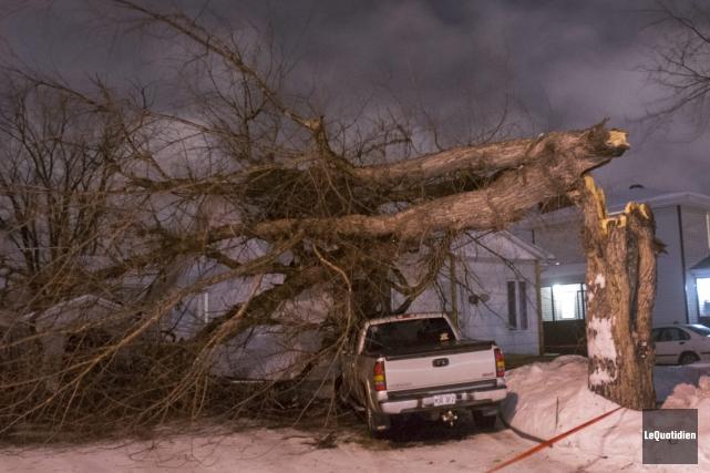 La Sécurité incendie de Saguenay a dû intervenir... (Photo Le Quotidien, Michel Tremblay)