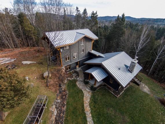 Cette maison à étages située au bord du... (Photo fournie par les courtiers)