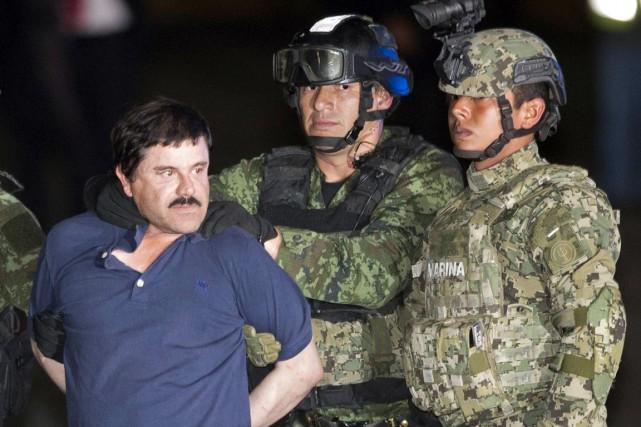 Joaquin «El Chapo» Guzman est escorté par des... (PHOTO EDUARDO VERDUGO, AP)
