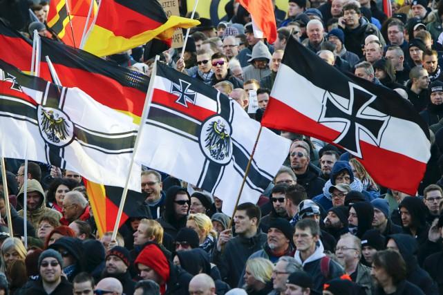 Des partisans du mouvement allemand d'extrême droite PEGIDA... (PHOTO WOLFGANG RATTAY, ARCHIVES REUTERS)