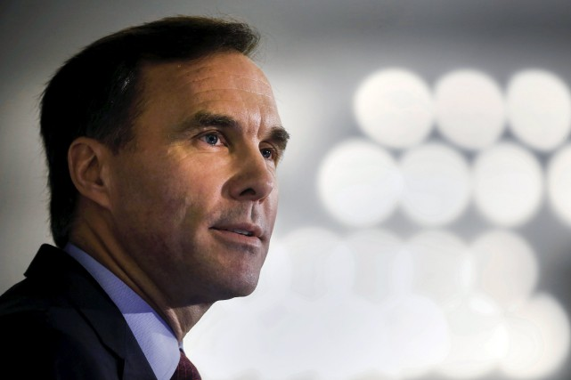 Le ministre fédéral des Finances, Bill Morneau, caresse... (Photo Mark Blinch, Archives reuters)