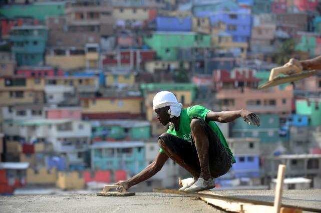 Un travailleur de la construction à l'oeuvre à... (PHOTO HECTOR RETAMAL, ARCHIVES AFP)