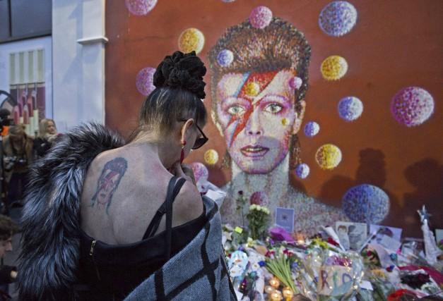 Une femme tatouée à l'image de David Bowie... (AFP, Justin Tallis)