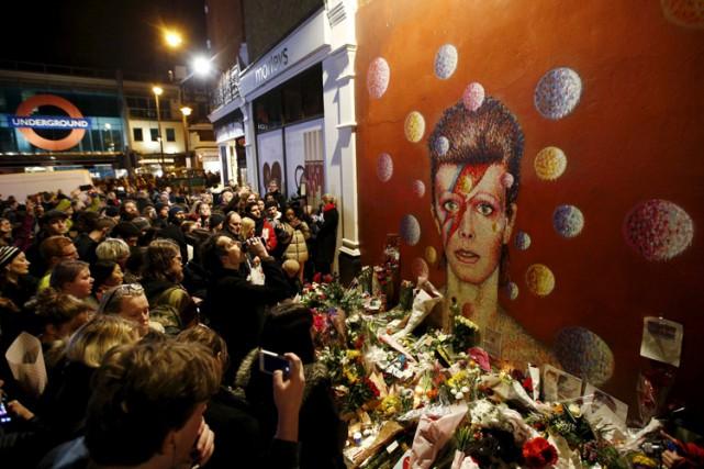 Les fans de David Bowie laissent des mots... (PHOTO REUTERS)