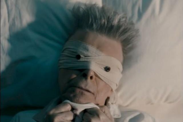 Dans le vidéoclip de Lazarus, Bowie, les yeux... (Image tirée du vidéoclip de Lazarus)