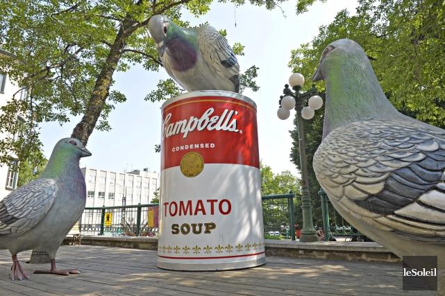 Les gigantesques pigeons avec des boîtes de soupe... (Photothèque Le Soleil, Pascal Ratthé)