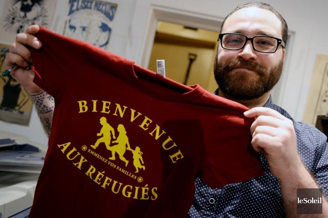 François Deschamps présente le t-shirt qui sera bientôt... (Le Soleil, Erick Labbé)