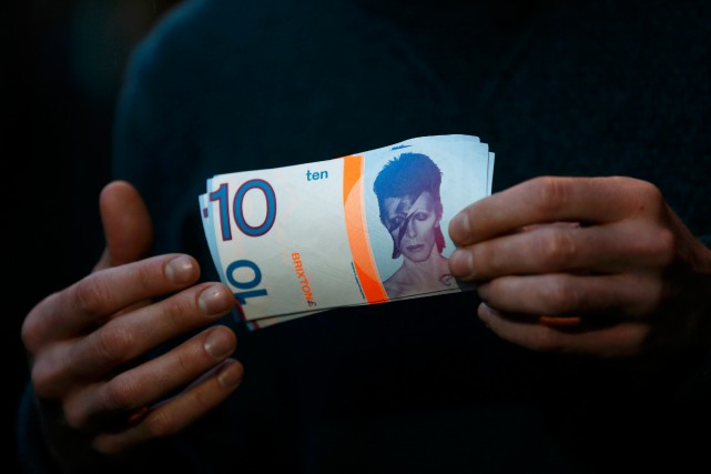 À Brixton, des billets de la monnaie localeà... (PHOTOSTEFAN WERMUTH, REUTERS)
