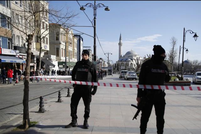 Des policiers turcs montent la garde sur les... (PHOTO EMRAH GUREL, AP)
