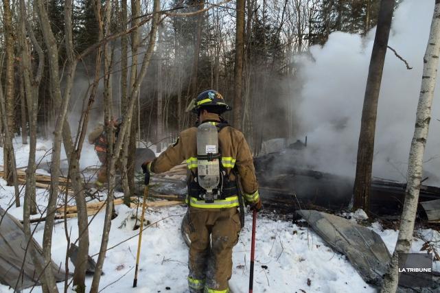 L'incendie d'un atelier du chemin Rhéaume à Sherbrooke a occupé les pompiers... (La Tribune, René-Charles Quirion)
